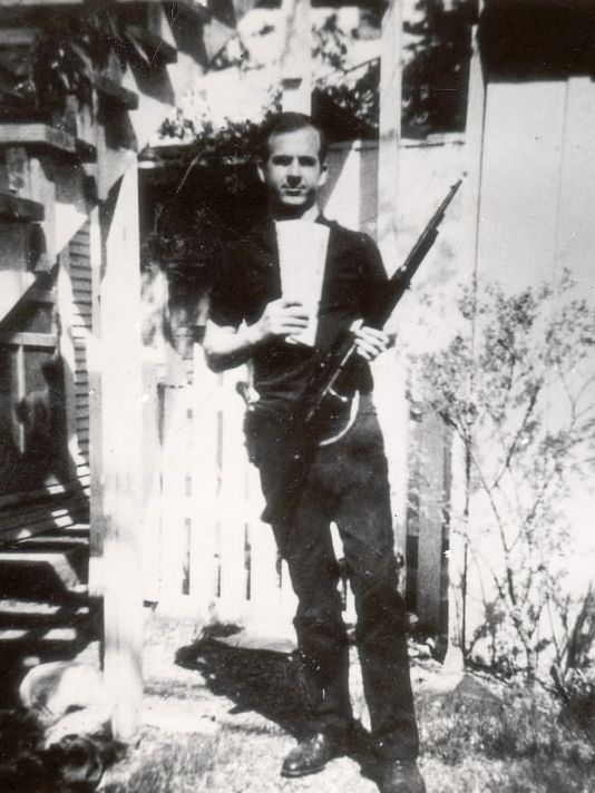 Backyard Photo of Lee Harvey Oswald | Detroit Free Press