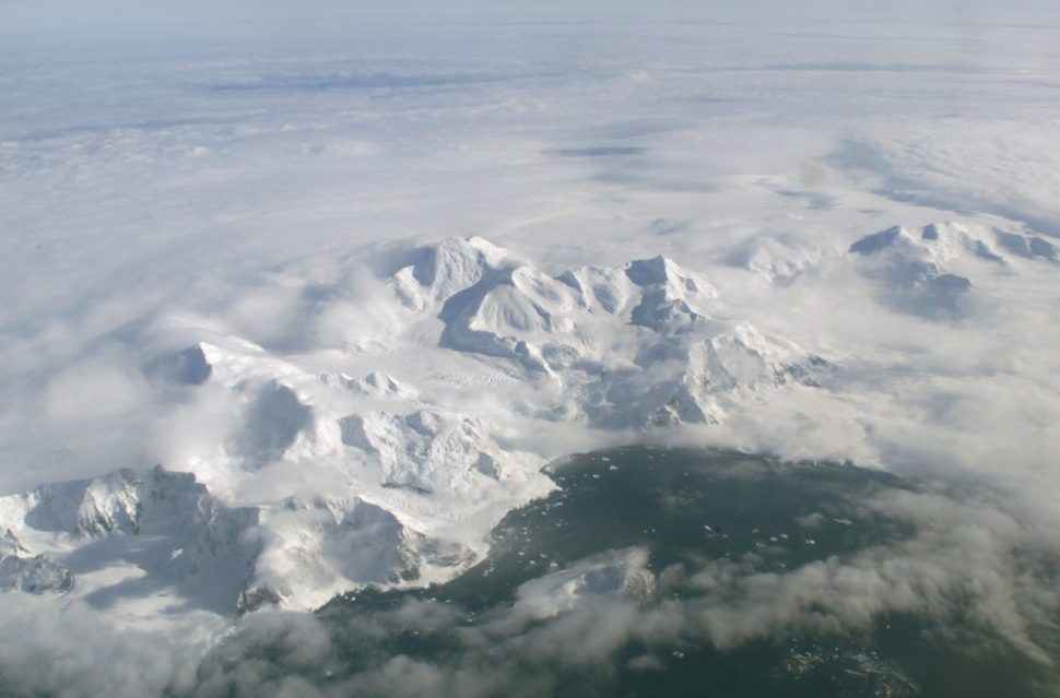 Antarctic Ice Shelf | Wikimedia Commons | commons.wikimedia.org