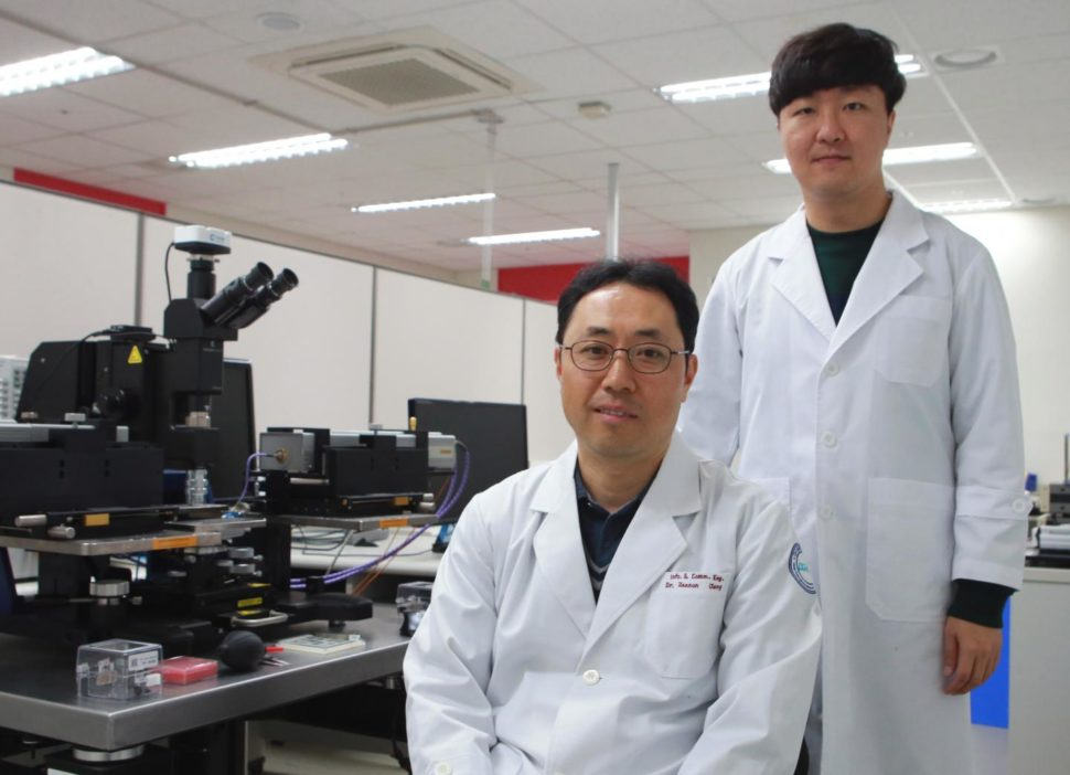 Professor Jae Eun Jang in the Department of Information and Communication Engineering (left) and Seung-wook Kim, a student in the M.S.-Ph.D. integrated program at DGIST | Image courtesy of DGIST